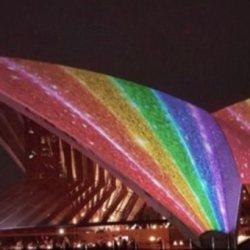 酷新聞:雪梨歌劇院披上彩虹    迎接2018同志嘉年華