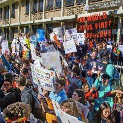 酷新闻:强迫同志老师辞职,师生家长抗议歧视