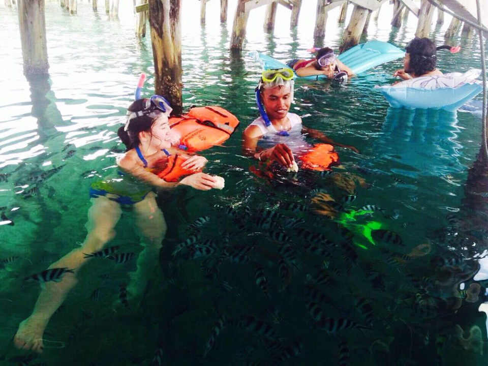 girl snorkeling with fish digital detox trip in raja ampat