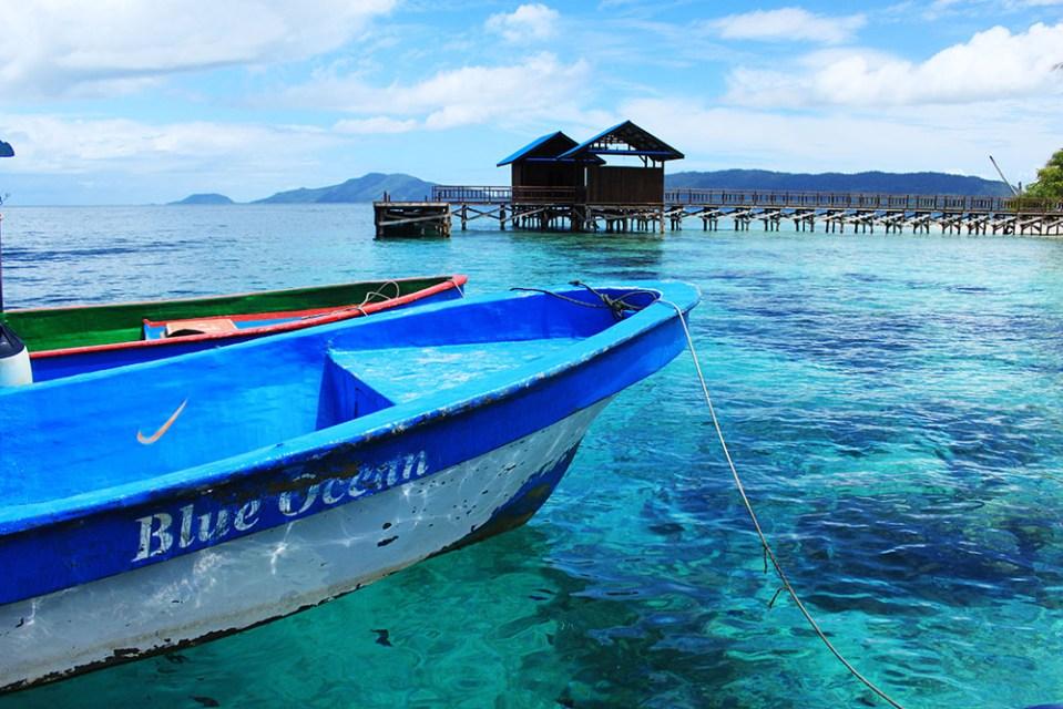 boat and blue raja ampat ocean digital detox trip