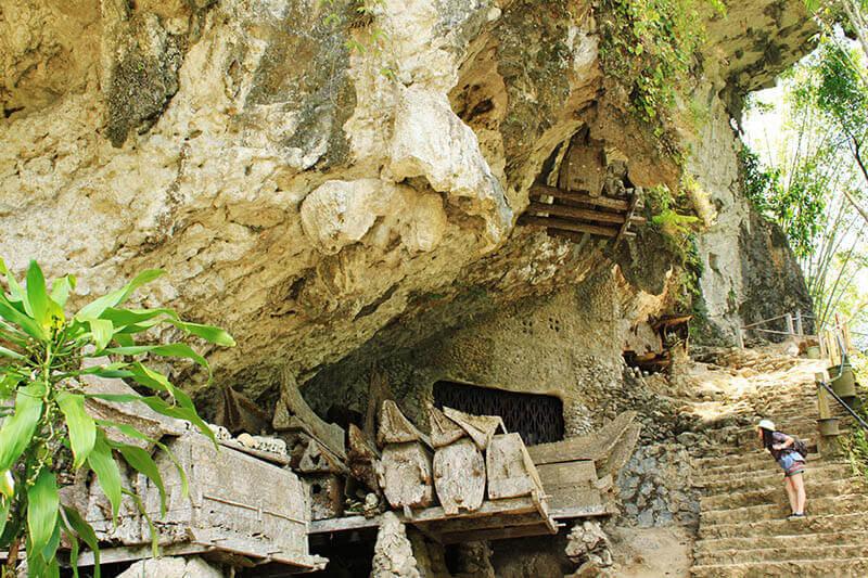 girl leaning look hanging grave wood coffin cave kete kesu toraja trip_agirlnamedclara
