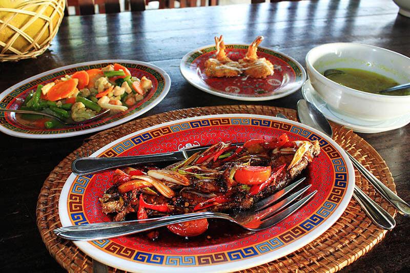 ikan bakar grilled fish mixed vegetables cap cay makssar south sulawesi food_agirlnamedclara