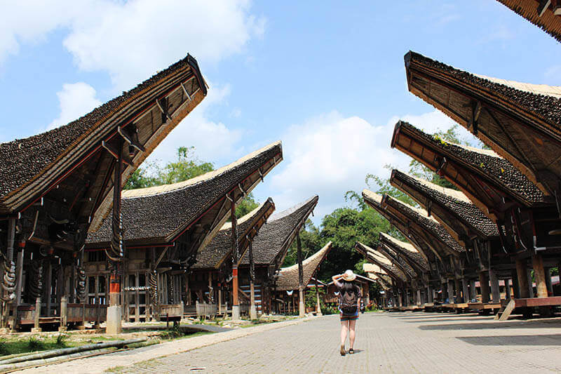 solo trip travel girl tongkonan toraja traditional house kete kesu sulawesi indonesia_agirlnamedclara