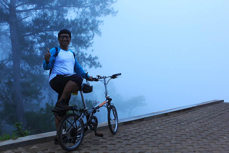 man bicycle pria sepeda negeri di atas awan to'tombi thick mist kabut tebal_agirlnamedclara