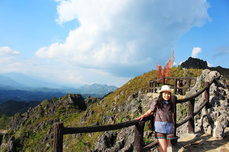 wanita traveler pose di tangga bukit burake makale toraja indonesia background langit biru_agirlnamedclara