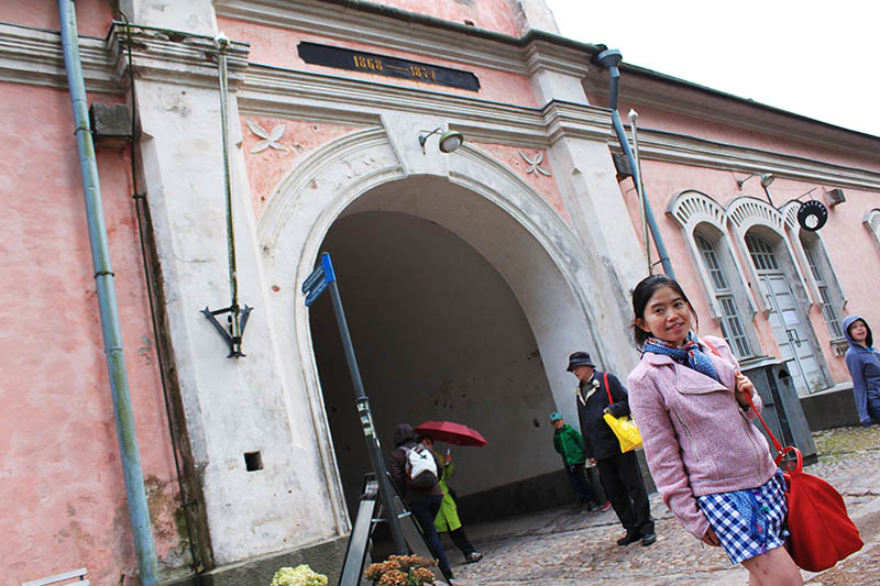 traveler pose in front of suomenlinna gate helsinki unesco travel agirlnamedclara