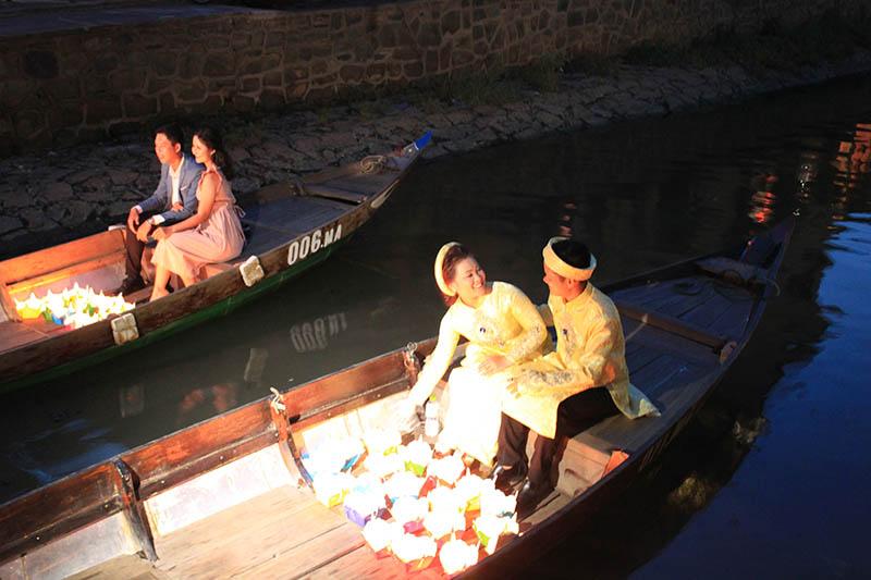 wedding photo shoot couple smile on a boat hoi an at night agirlnamedclara