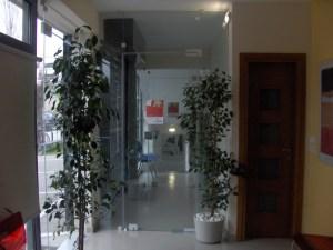 """""""Αγγλικά Πάστρας"""": Εσωτερική είσοδος προς τους ορόφους"""