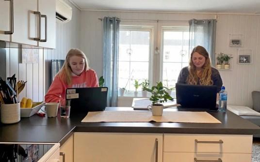 Elevene med hjemmearbeid og halvannen meters jobbavstand