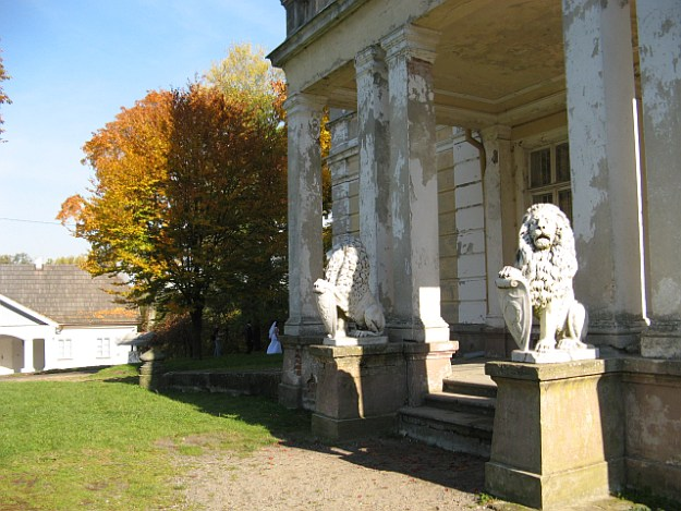 Złoty Potok lwy na straży pałacu