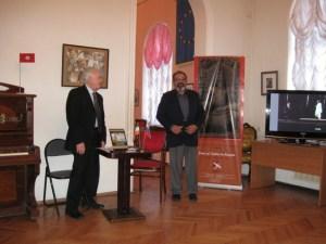 Директор музея В.Г.Извеков и представитель Посольства Индии Винай Шукла