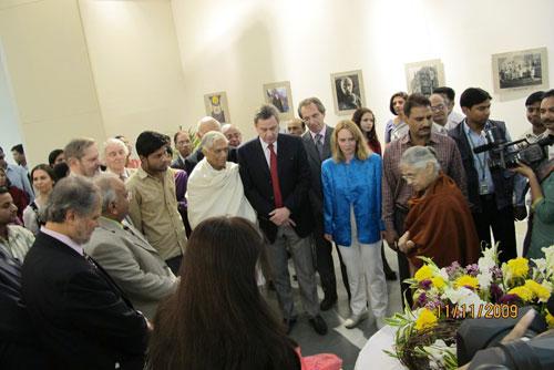Главный министр Дели г-жа Шейла Дикшит открывает выставку посвященную Пакту Рериха