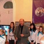 Директор Центра ''Перспектива'' Владимир Васильевич Ищук исполняет песню с детьми