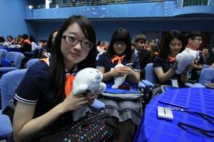 Символ Байкала увезут с собою участники Международного детского форума стран Азиатско-Тихоокеанского региона.