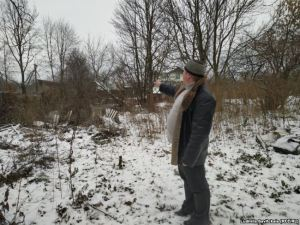 Роман Ладыщенко показывает остатки сада прадеда художника
