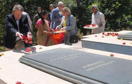 Посол РФ Николай Кудашев возлагает цветы на месте кремации и захоронения Святослава Рериха и его жены Девики Рани