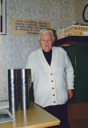 Людмила Васильевна Шапошникова в своём кабинете перед церемонией закладки капсул в Мемориал Н.К. и Е.И. Рерихов. Москва. 9 октября 1999 года