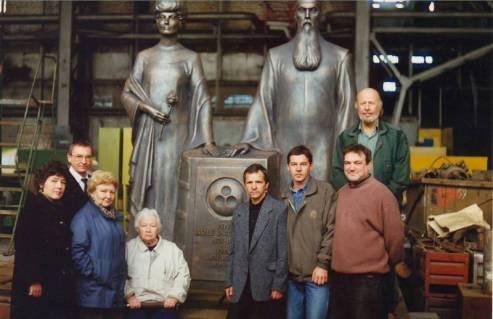 Л.В.Шапошникова и сотрудники МЦР (слева) и группа специалистов литейного производства (справа) во время приёмки бронзовой скульптуры для Мемориала Н.К. и Е.И. Рерихов. Пенза. 13 сентября 1999 года