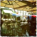 Il pleut, sous mon gros parapluie je vois passer les parapluies