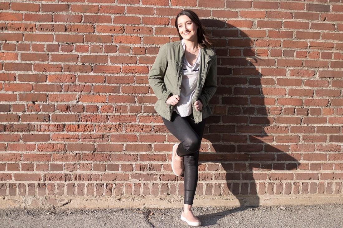 Casual Outfit with Calia Shiny Leggings | A Good Hue
