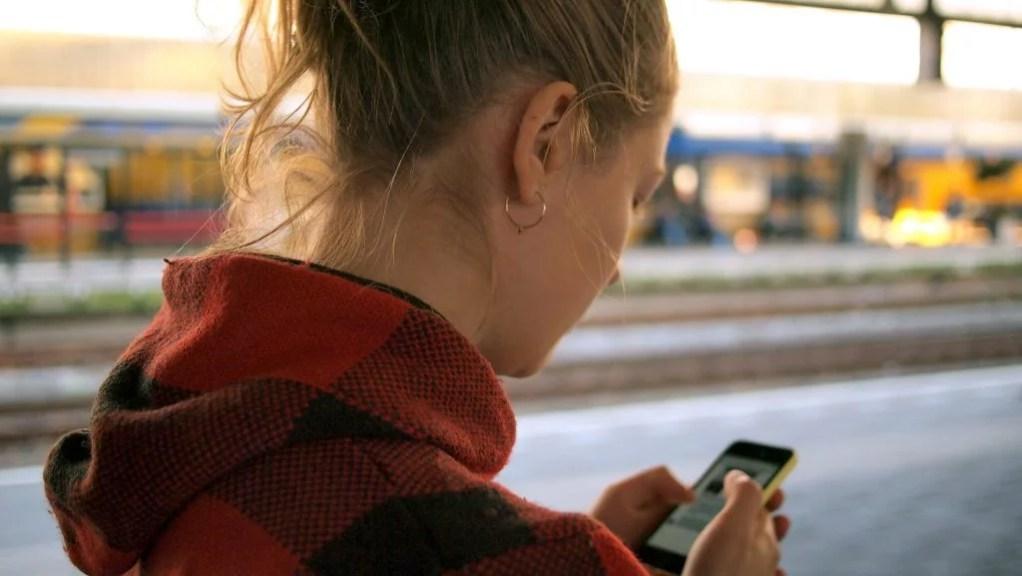 mulher recarga bilhete único pelo celular