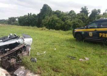 Veículo ficou destruído no canteiro central da rodovia. Foto: Divulgação/PRF