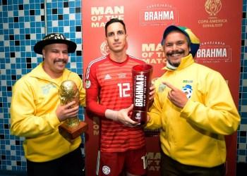 Gaúchos na Copa com o goleiro paraguaio. Foto: Divulgação/Brahma