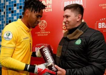 Troféu foi entregue ao goleiro peruano pelas mãos do Embaixador da Chapecoense, Jakson Follmann.Foto: Divulgação/Brahma