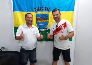 Secretário de Turismo, Desporto, Indústria e Comércio, Uiraçu Pinto, recebeu o cônsul do Inter na cidade, Fábio Julio da Costa. Foto: Divulgação