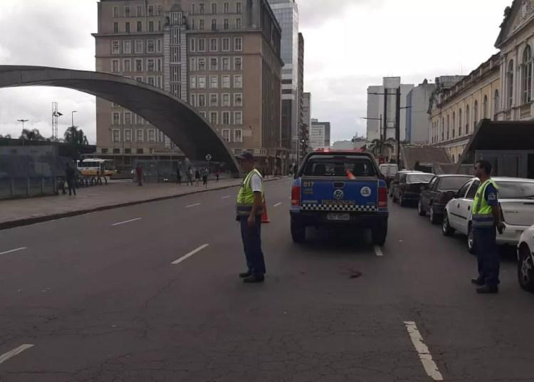 Duas faixas foram bloqueadas em frente ao Mercado Público. Foto: EPTC / Divulgação