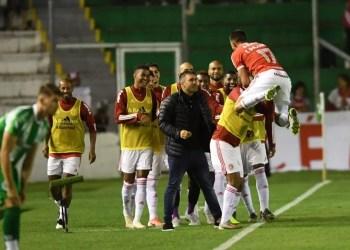 Coudet comemora com os jogadores o gol do Inter. Foto: Ricardo Duarte/Divulgação