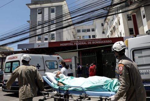 Bombeiros controlam incêndio no hospital de Bonsucesso no Rio de Janeiro