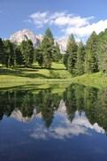 Un laghetto specchia le Odle (salendo verso il Rifugio Firenze in val Gardena)
