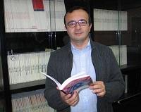 Carlos con un manual de fiscalidad