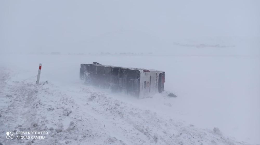 Ağrı'da kar ve buzlanma kazalara neden oldu
