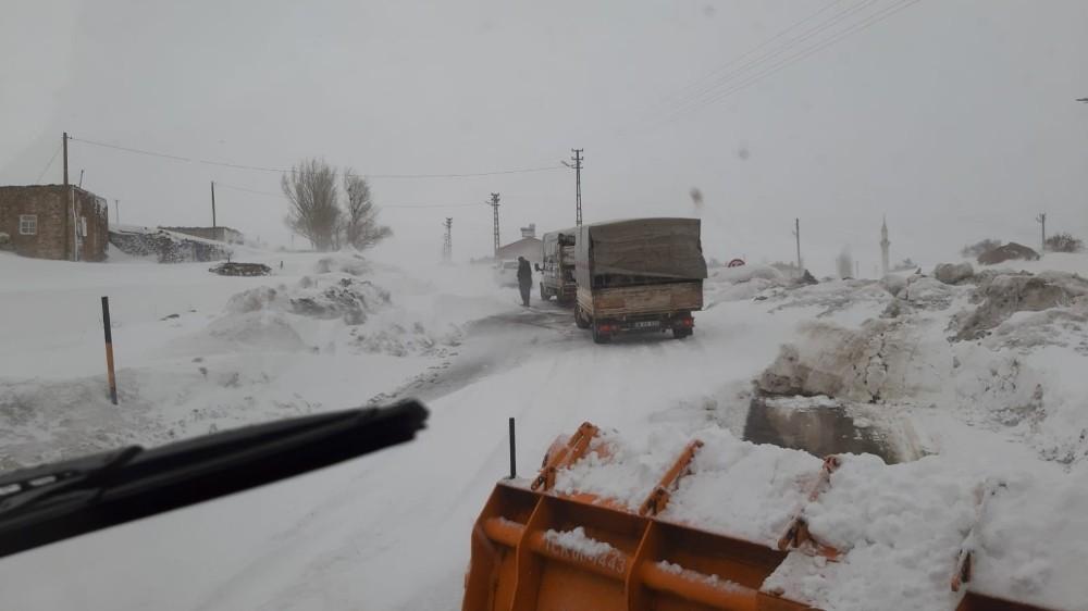 Kar ve tipi Ağrı-Kars karayolunu ulaşıma kapattı
