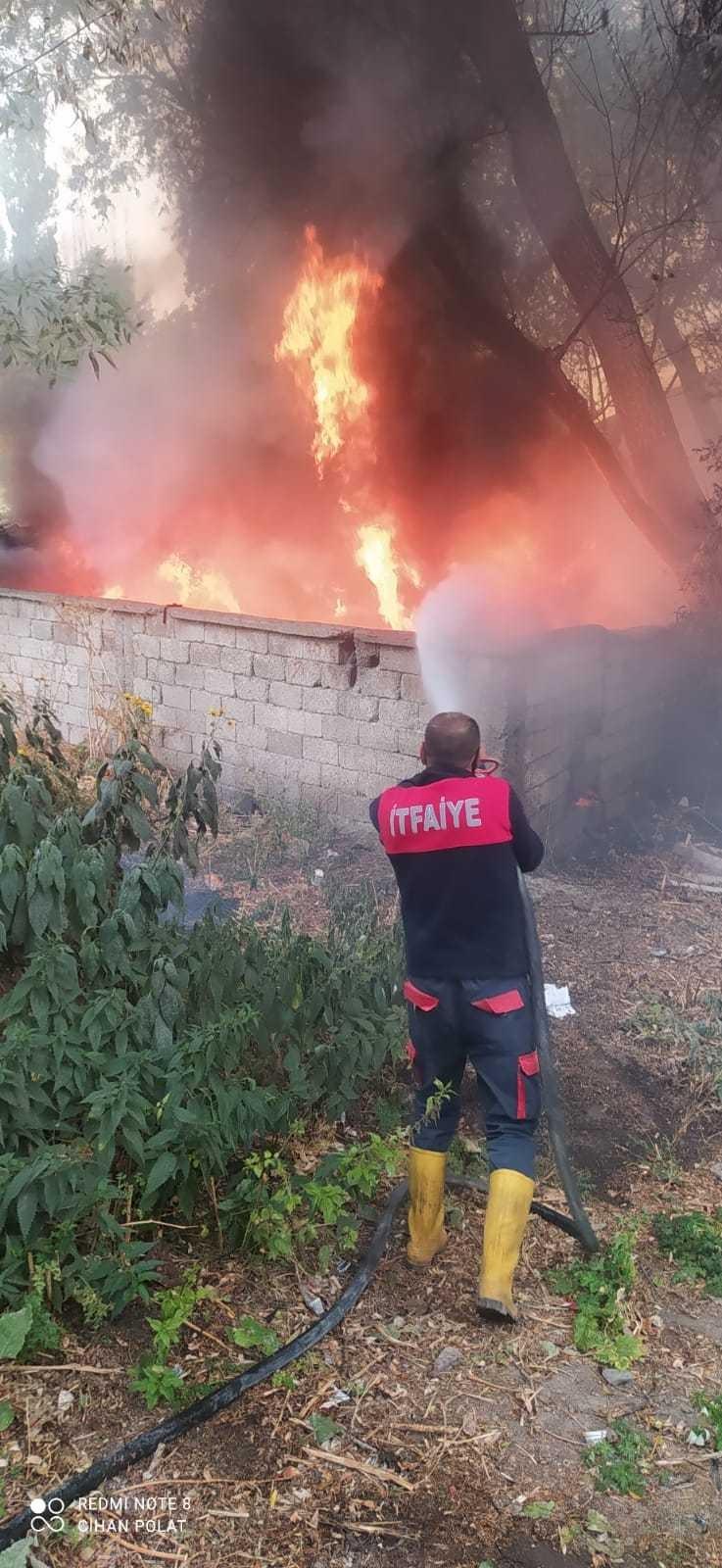 Ağrıda hurdalık alanda çıkan yangın güçlükle söndürüldü