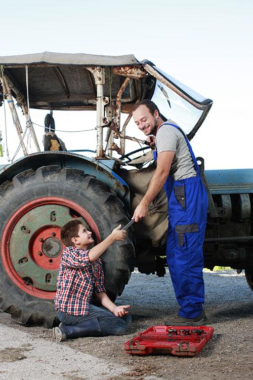 Zoon helpt vader met gereedschap
