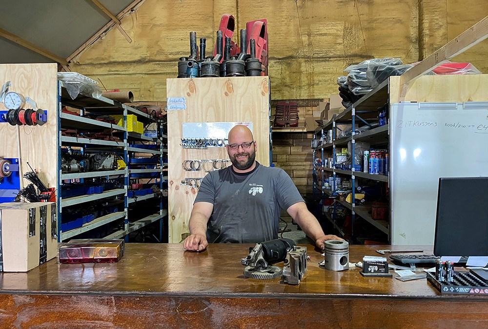 Hier werk ik – Arjan Wolfs – Arjan Wolfs Tractoren en Onderdelen in Alteveer