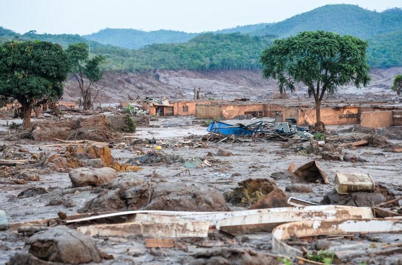 o Rompimento da barragem de rezidos da mineradora Samarco,acabam com uma cidade em Mariana MG.