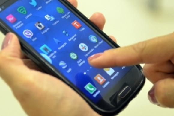 celular dedo