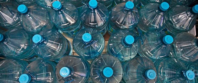 Após Sabesp admitir racionamento, cresce a procura por galões d'água em São Paulo