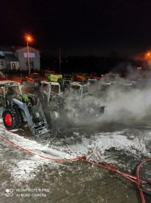9 ciągników rolniczych w ogniu Fot.: www.wysokomazowiecki24.pl