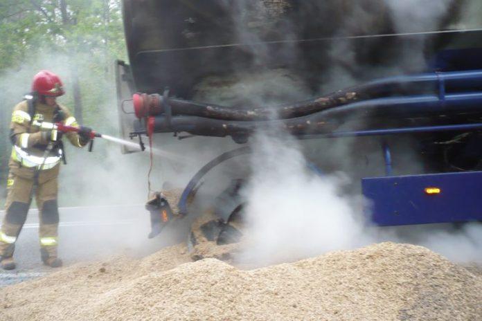 Pożar cysterny przewożącej paszę