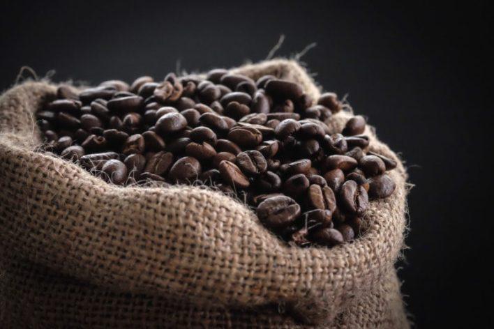 Saca de café com grãos torrados