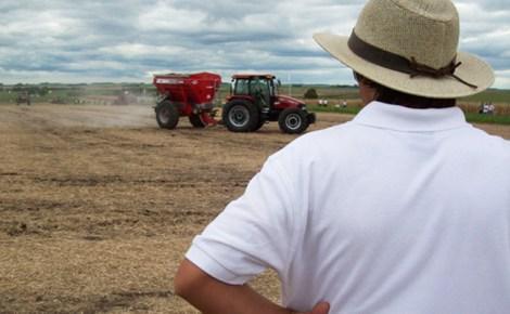 Productor mirando maquina en campo w