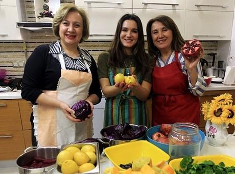 Unas mujeres turcas fabrican pinturas a partir de frutas y hortalizas
