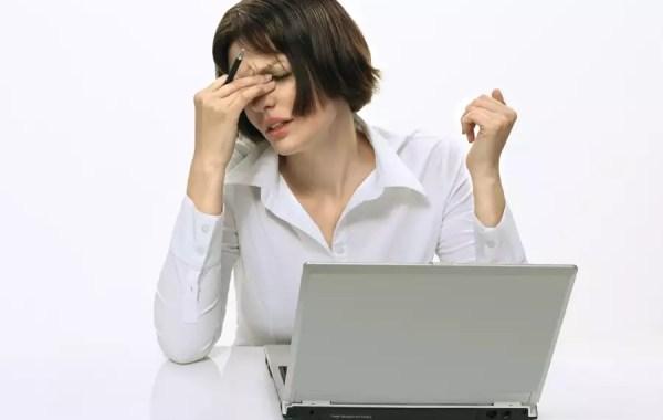 Directiva molesta frente a ordenador portátil
