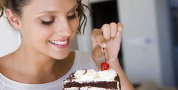 saude-tpm-sintomas-mulher-comendo-bolo2488
