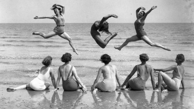 Alunos do International Institute of Margaret Morries Movement a praticar exercício na praia em Kent Coast, Inglaterra. Fotografia por Reg Speller, Agosto de 1935.